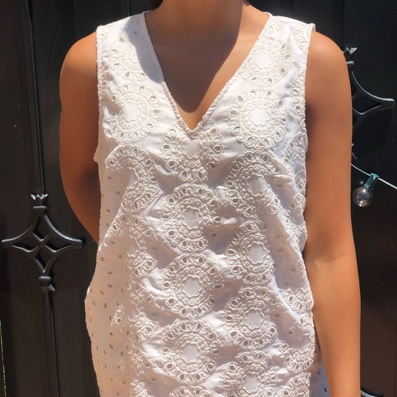 Banana Republic Tops - Dressy cream tank with embroidered design